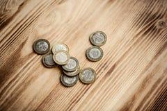 Nuevo dinero Belorussian en fondo de madera 2 rublos de monedas Fotos de archivo