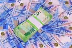 Nuevo dinero ruso: un paquete de billetes de banco de la dos-rublo en un paquete del banco en el fondo de dos mil?simas cuentas fotografía de archivo
