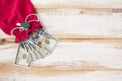 Nuevo diseño de cientos billetes de dólar en un bolso del ` s del Año Nuevo Imágenes de archivo libres de regalías