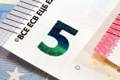 Nuevo diseño de cinco billetes de banco euro Imagen de archivo libre de regalías