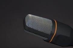 Nuevo dispositivo moderno de la grabación del micrófono en fondo negro Imagen de archivo