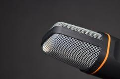 Nuevo dispositivo moderno de la grabación del micrófono en fondo negro Imagen de archivo libre de regalías