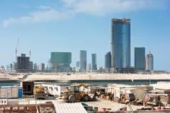 Nuevo distrito de Abu Dhabi con la construcción de los rascacielos Imagen de archivo libre de regalías