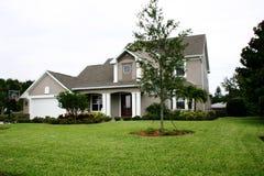 Nuevo domicilio familiar en área cultivada Fotografía de archivo