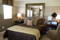 Nuevo dormitorio hermoso Fotos de archivo