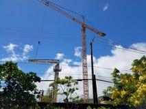 Nuevo edificio bajo construcción con las grúas en el aire imagen de archivo libre de regalías