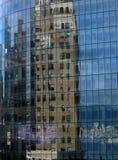 Nuevo edificio con las ventanas azules que tienen una reflexión de un viejo Foto de archivo libre de regalías