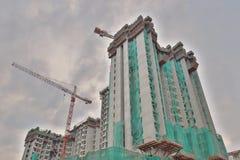 nuevo edificio construido con grúa del uso imagen de archivo libre de regalías