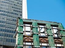 Nuevo edificio contra la vieja demolición del edificio fotos de archivo libres de regalías