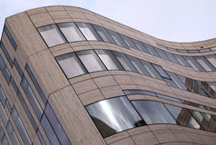 Nuevo edificio curvado contemporáneo abstracto Fotografía de archivo libre de regalías