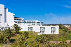 Nuevo edificio de apartamentos del centro turístico contra el cielo azul brillante Fotografía de archivo libre de regalías