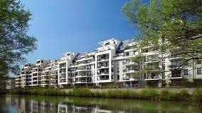 Nuevo edificio de apartamentos moderno en el lago en Estrasburgo, Alsacia, Francia almacen de metraje de vídeo
