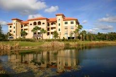 Nuevo edificio de la propiedad horizontal en las zonas tropicales Fotografía de archivo