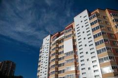Nuevo edificio en un fondo del cielo azul Imagen de archivo libre de regalías