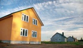 Nuevo edificio en un fondo del cielo azul Fotografía de archivo