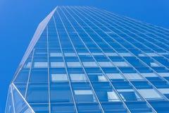 Nuevo edificio moderno en cielo azul y azul Fotos de archivo libres de regalías