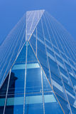 Nuevo edificio moderno en cielo azul y azul Foto de archivo