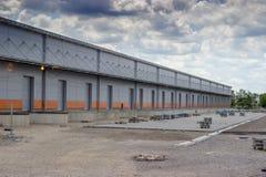 Nuevo edificio moderno y grande del almacén con las puertas del almacén fotografía de archivo libre de regalías