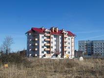 Nuevo edificio residencial de varios pisos fotografía de archivo libre de regalías