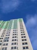 Nuevo edificio verde colorido, cielo azul Imágenes de archivo libres de regalías