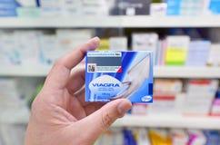 Nuevo empaquetado de Viagra en fondo de la farmacia Foto de archivo