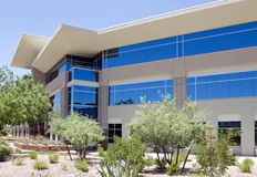 Nuevo exterior corporativo moderno del edificio de oficinas Fotos de archivo libres de regalías