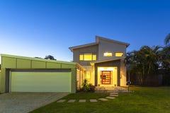 Nuevo exterior moderno del hogar foto de archivo libre de regalías