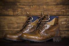 Nuevo fondo del vintage de las botas de cuero de Brown Zapatos gastados en los vagos Fotografía de archivo libre de regalías