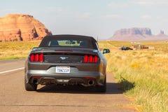 Nuevo Ford Mustang Cabriolet de plata en Arizona imagenes de archivo