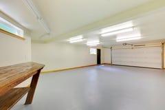 Nuevo garage de Emprty Imágenes de archivo libres de regalías