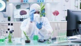 Nuevo GMO de prueba en las plantas en laboratorio moderno almacen de metraje de vídeo