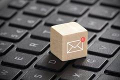 Nuevo gráfico del correo electrónico en bloque de madera sobre el teclado del ordenador portátil Imagen de archivo libre de regalías