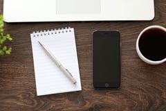 Nuevo gris y Macbook del espacio del iPhone 6 en la tabla Fotos de archivo