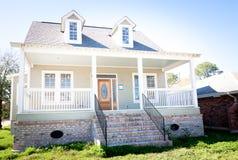 Nuevo hogar: Casa meridional del estilo con el Dormer Windows Fotografía de archivo
