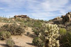 Nuevo hogar de lujo moderno del campo de golf del desierto Imagen de archivo