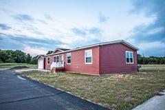 Nuevo hogar manufacturado rojo imagen de archivo libre de regalías