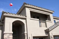 Nuevo hogar moderno en el desierto fotos de archivo