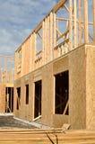 Nuevo hogar vertical bajo construcción Imagenes de archivo