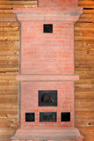 Nuevo horno del ladrillo en la casa de la madera bajo construcción Imágenes de archivo libres de regalías