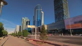 Nuevo hyperlapse del timelapse del distrito financiero en el bulevar en la capital de Kazajistán en Astaná almacen de metraje de vídeo