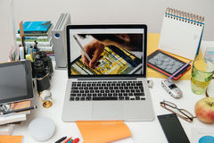 Nuevo iPad de los Apple Computer favorable, iPhone 6s, 6s más y Apple TV Foto de archivo libre de regalías