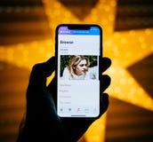 Nuevo iPhone de Apple contra la estrella defocused azul que ofrece el louane MU Imagen de archivo libre de regalías