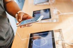 Nuevo iPhone 6 de Apple e iPhone 6 más Imagen de archivo