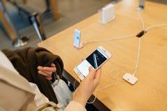 Nuevo iPhone de Apple 7 más que son probada por la mujer después de purchas Imagenes de archivo