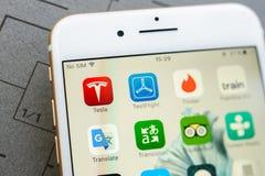 Nuevo iphone 7 más con los apps múltiples en la pantalla Fotografía de archivo libre de regalías