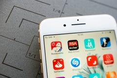 Nuevo iphone 7 más con los apps múltiples en la pantalla Imagen de archivo libre de regalías
