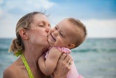 Nuevo juego de los padres con el bebé en la playa Foto de archivo libre de regalías