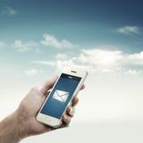 Nuevo mensaje del correo en móvil en cielo Foto de archivo libre de regalías