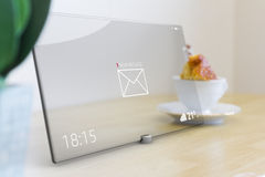 Nuevo mensaje en la tableta con la pantalla táctil de cristal Foto de archivo libre de regalías