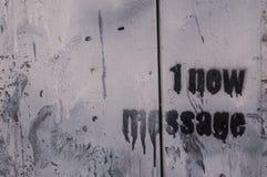 1 nuevo mensaje garabateado en una pared Fotos de archivo libres de regalías